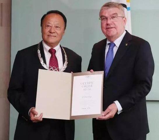 国际奥委会主席巴赫给李富荣颁发奥林匹克勋章,以表彰其贡献