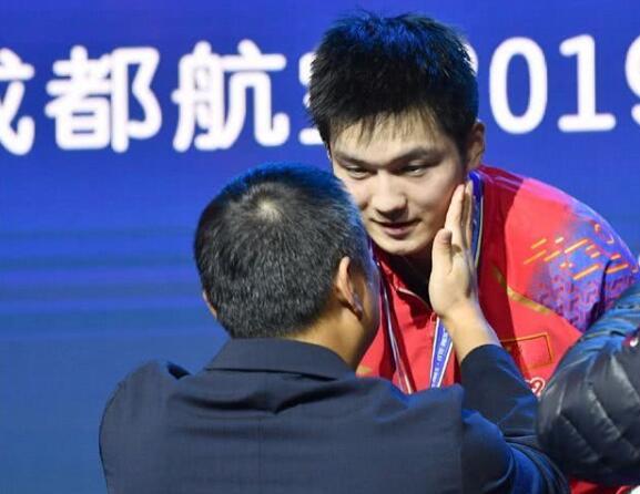 中国乒协主席刘国梁给樊振东颁奖,期待明年发挥更好!