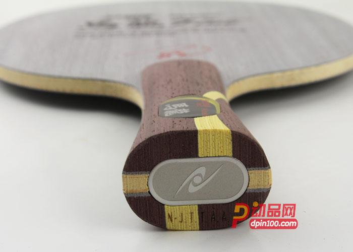 NITTAKU尼塔库马龙5 FIVE纯木 NE-6140 乒乓球底板:产品信息 品牌:NITTAKU 尼塔库 型号:馬龍5 FIVE 层数:5 厚度:6.0mm (平均值,木制品有误差,以实物为准) 重量:86±5g (平均值,木制品有误差,以实物为准) 型号:NE-6140(FL) 参数:速度:/控制: 适合打法:快攻弧圈型 产地:日本 零售价:1730元 包装及防伪:原厂纸盒包装 产品特点: 1.